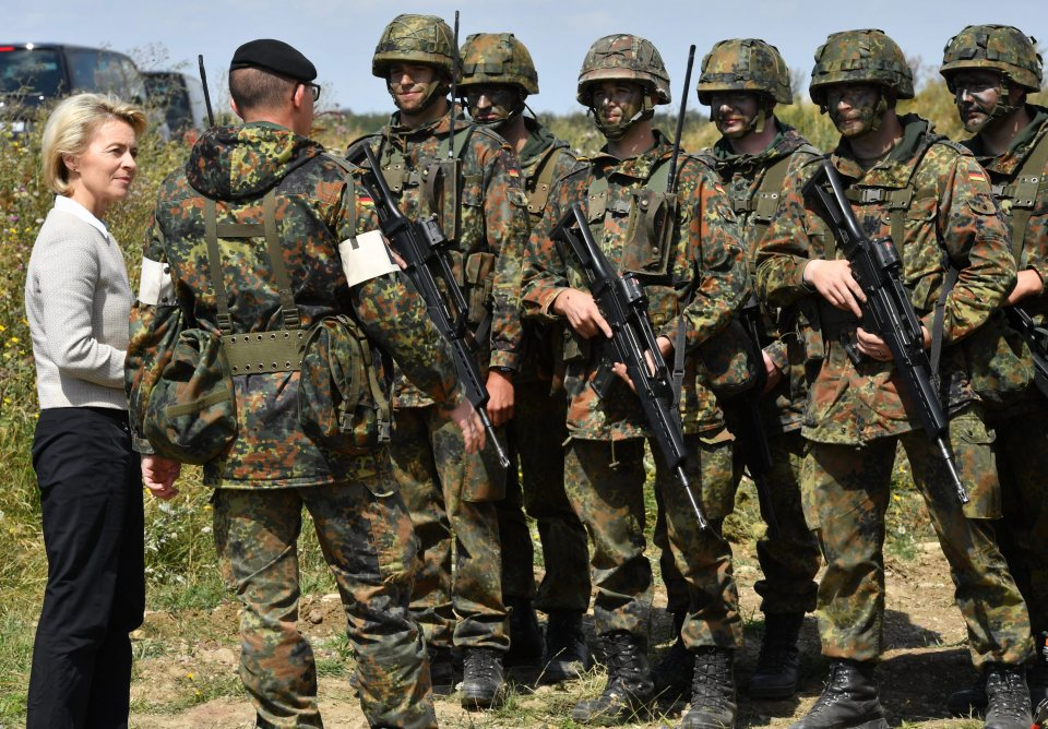 epa05467537 German Defence Minister Ursula von der Leyen (CDU) speakign with soldiers during a visit to Aufklaerungsbataillon 13 (lit. Reconnaissance Battalion 13)¿as part of her summer tour, in Ohrdruf, Germany, 09 August 2016. She informed herself about the soldiers' training. EPA/MARTIN SCHUTT