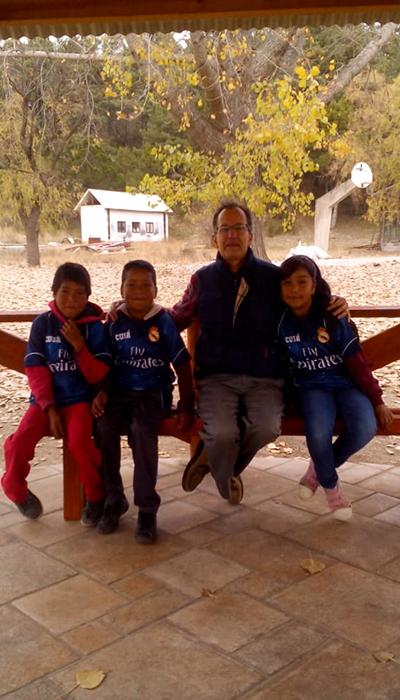 Padre Miguel con niños tarahumara en Creel Chihuahua, CACSTAC (COMPLEJO ASISTENCIAL CLÍNICA SANTA TERESITA)