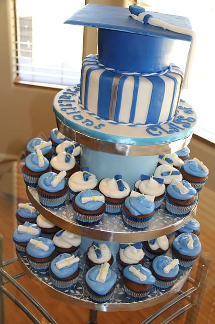 party planning a outdoor graduation with blue theme cake