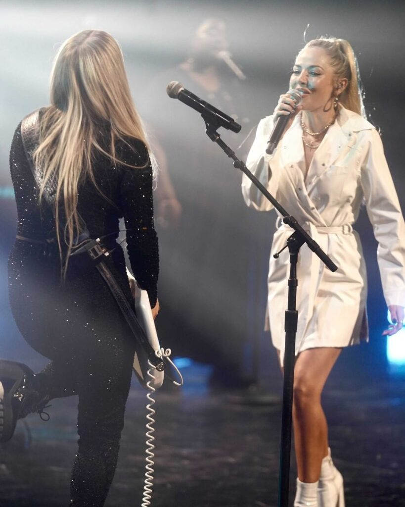"""Lindsay Ell accompanies Mackenzie Porter on guitar for her performance of """"These Days"""""""