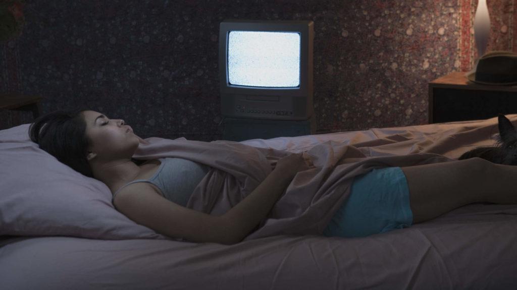 ¿Dejas prendida la luz o la TV antes de dormir? Cuidado podrías subir de peso