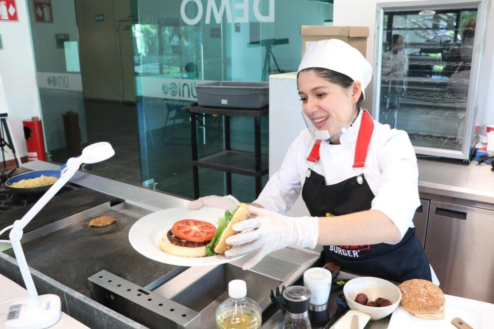 Innovación, dedicación y esfuerzo, claves para el éxito: chef Mariana Díaz