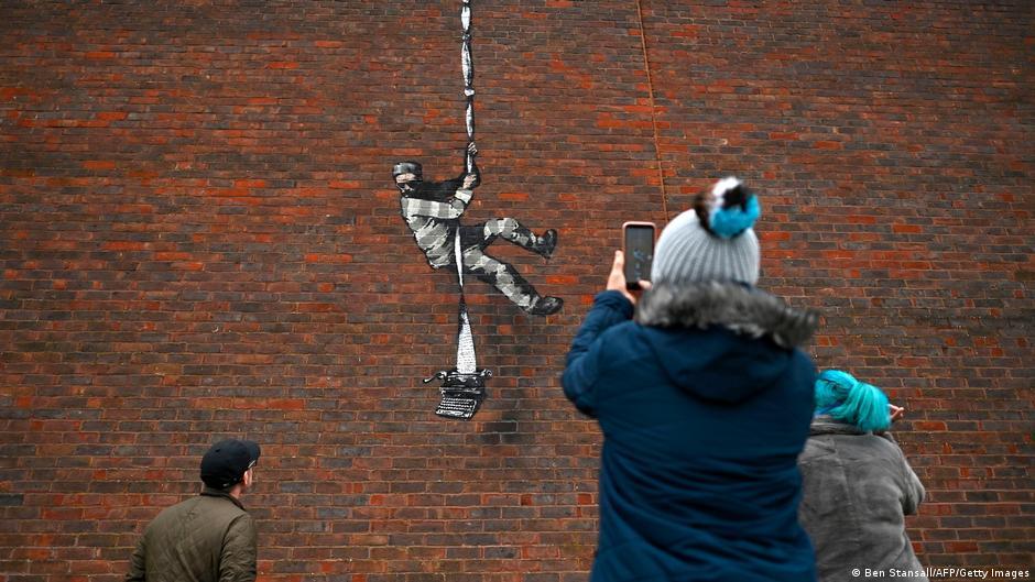 Reaparece Banksy con grafiti en prisión en la que estuvo Oscar Wilde