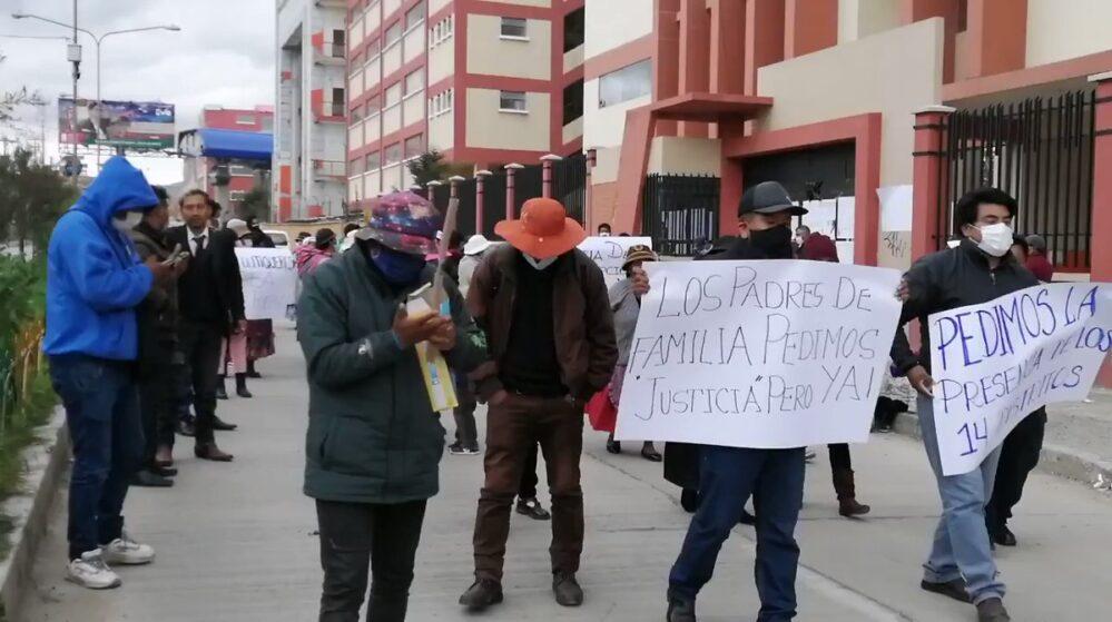 Padres de estudiantes que murieron al caer de un cuarto piso en Bolivia piden justicia, ya hay detenidos