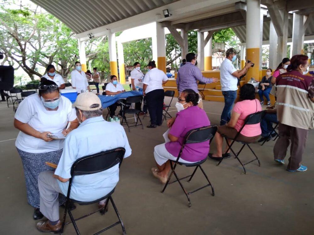 ¡Desorden! Dejan esperando a los adultos mayores, por mala logística posponen vacunación en Villahermosa
