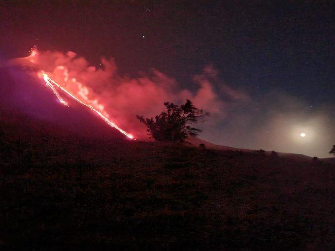 Fuego y lava, impresionantes imágenes del Volcán Pacaya que intensificó su actividad