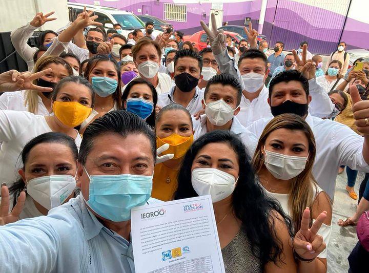 Jesús Pool recibe constancia, ya es candidato para la alcaldía de Benito Juárez