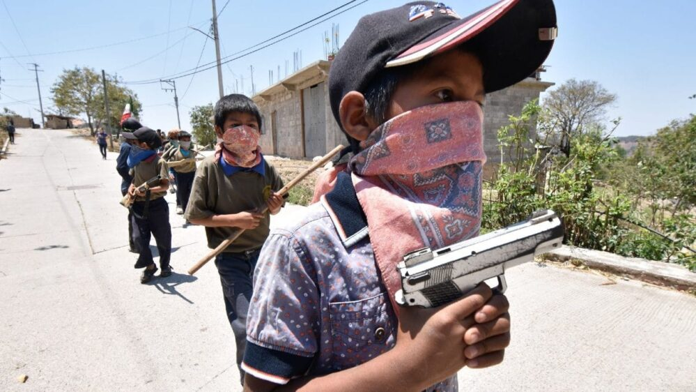 En Guerrero niños armados se suman a la policía comunitaria para enfrentar la violencia