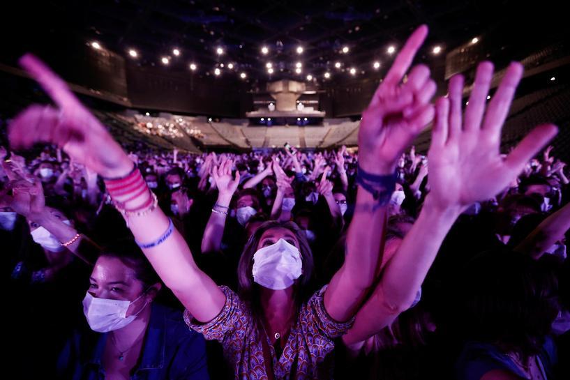 ¡Regresan los conciertos! Indochine se presentó en París como prueba de salud pública
