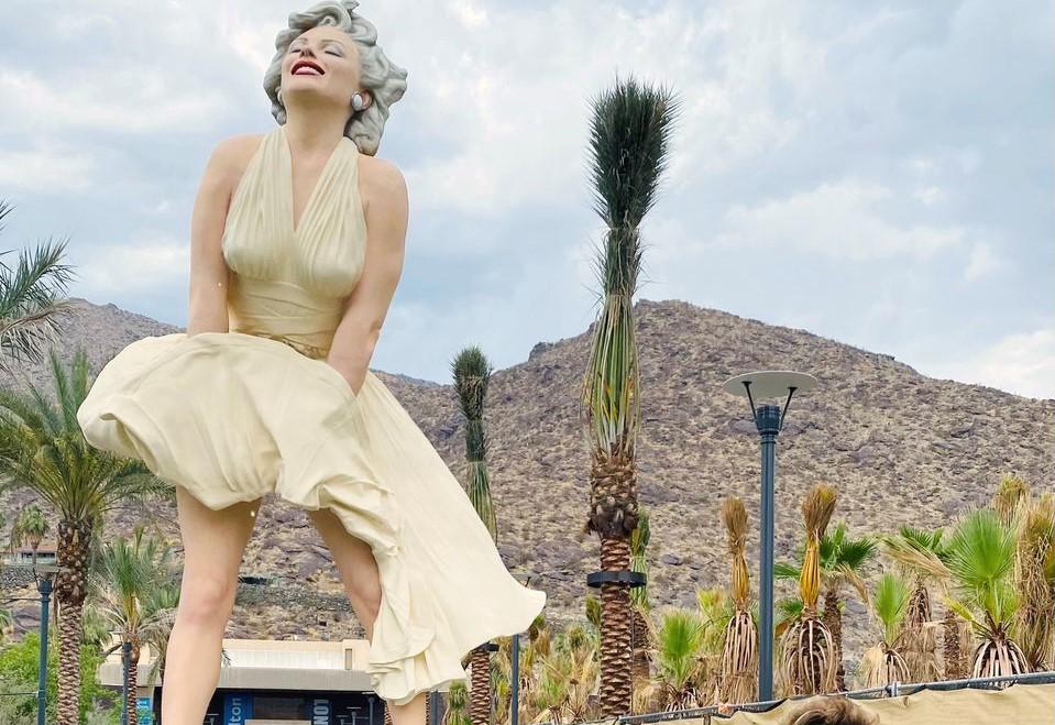Regresa la estatua de Marilyn Monroe a Palm Springs entre ovaciones y abucheos