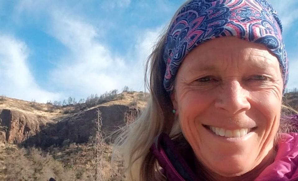 Mujer acampaba en la montaña y un oso pardo la mata