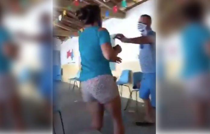 VIDEO: Infiel marido es descubierto con novia en sede de vacunación y se arman los sillazos