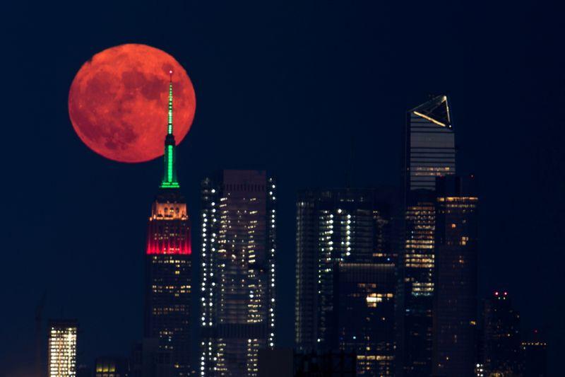 Incendios forestales pintan la Luna de naranja en Canadá y Estados Unidos