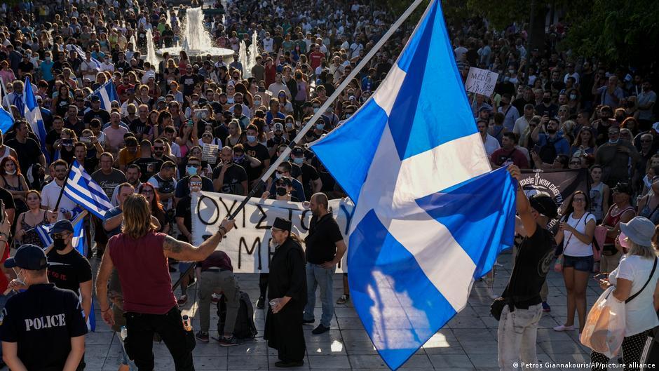 Por vacunación obligatoria marchan y protestan en Grecia