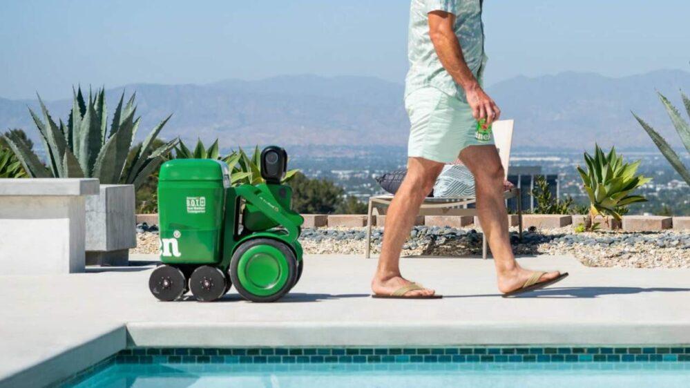 Este nuevo 'amigo' nunca te dejará sin cerveza, presenta Heineken simpático robot