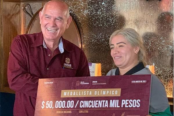 Aremi Fuentes, medallista olímpica le dan por su esfuerzo un ¡Cheque sin fondos!