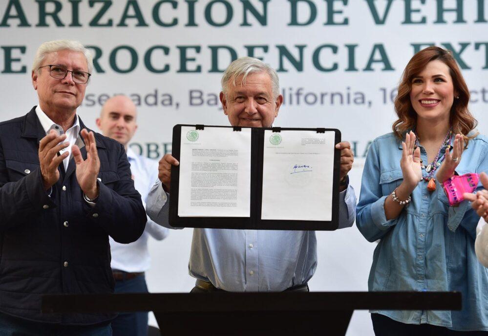 Obrador firma decreto para regularizar los «autos chocolate»