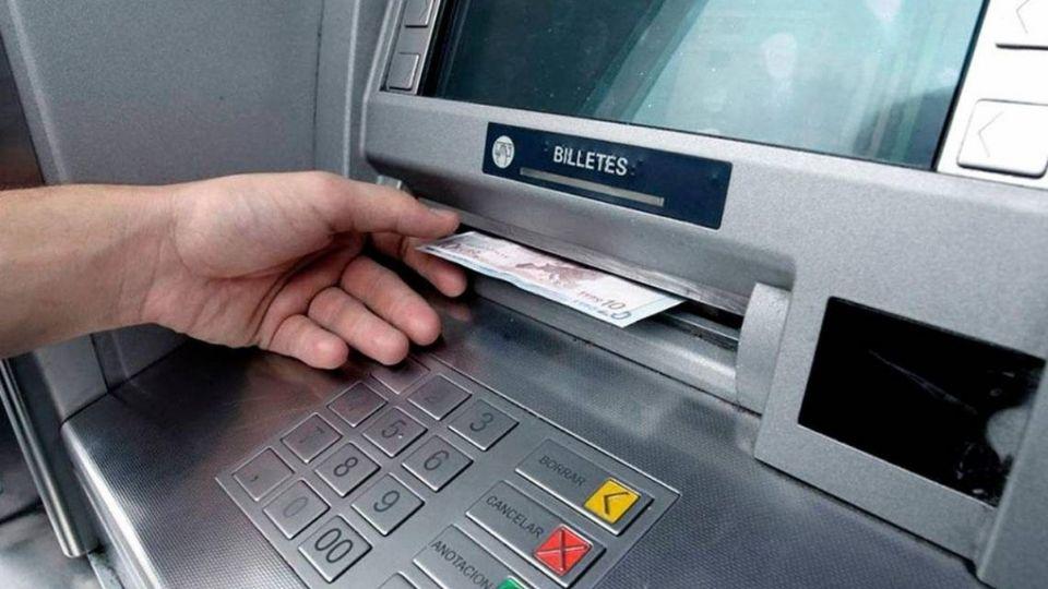 Estos bancos cobran más comisiones por retiros de dinero en efectivo