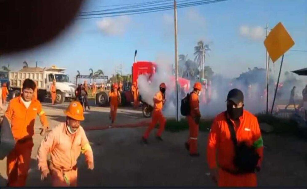 Antimotines reprimen a empleados en refinería de Dos Bocas, hay trabajadores heridos