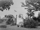 A memorial dedicated to King George VI and Princess Elizabeth in Hampstead Park. Source: Conrad Poirier/BAnQ/Wikimedia Commons. Accession number: P48S1P05549