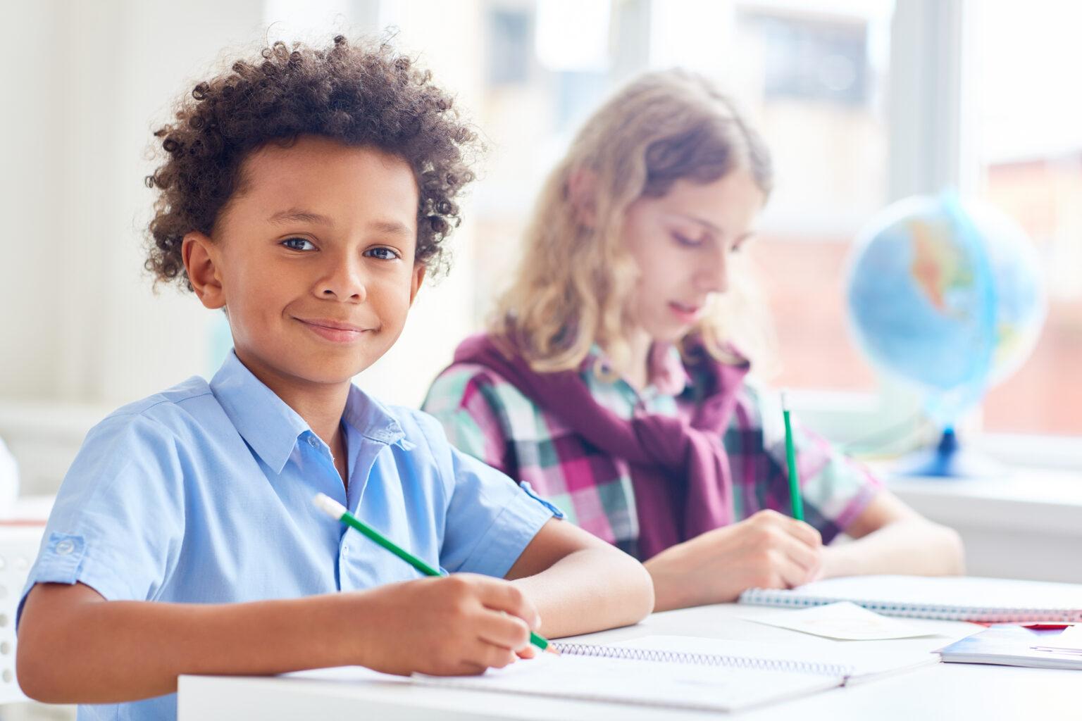 Crianças estudando na escola