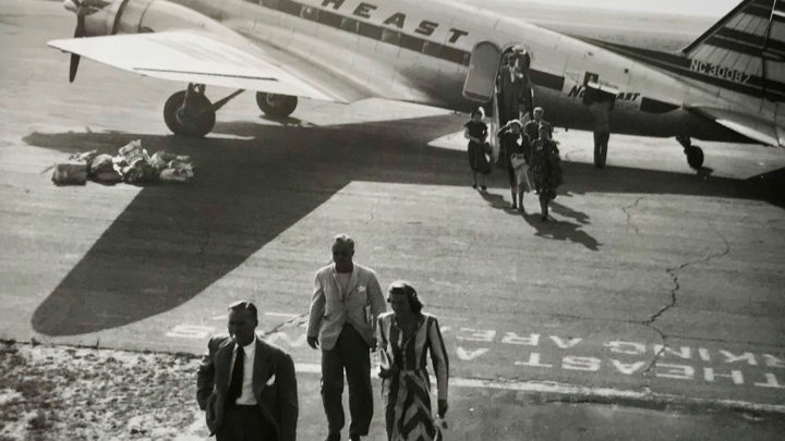 This historical photos shows airplanes coming right up to the building to pick passengers up like Ubers pick people up now, with passengers dressing up to go on a flight.