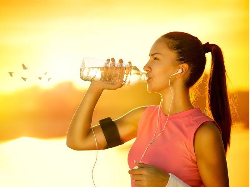 La rehidratación es clave para aminorar los efectos de la resaca.