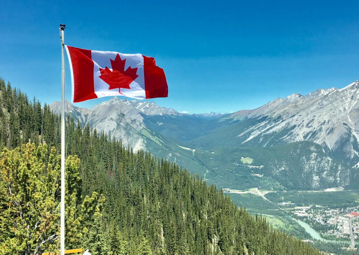 Drapeau du Canada et montage rocheuse canadienne