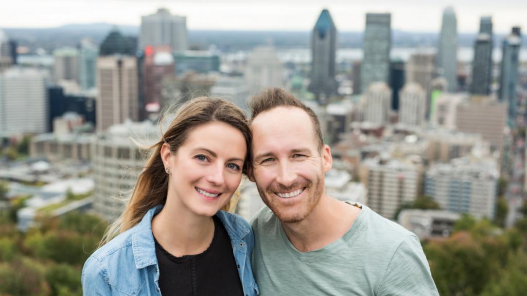 Couple au sommet du Mont Royal à Montréal