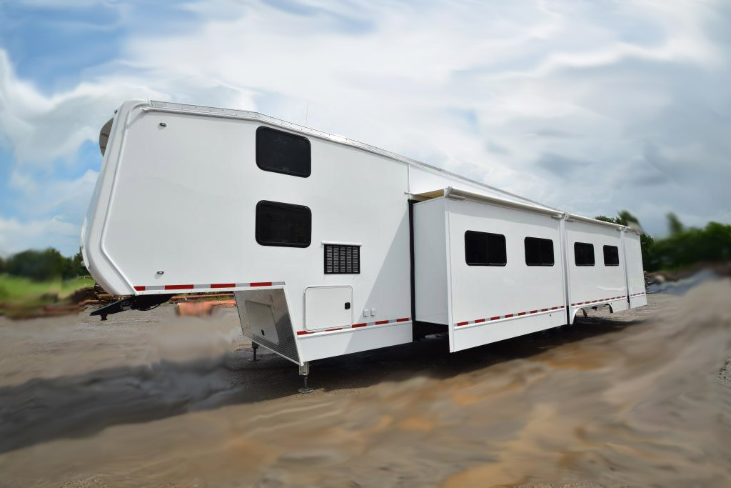COMMAND TRAILER FIFTH WHEEL EXTERIOR
