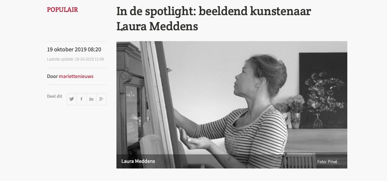 IN DE SPOTLIGHT: beldeend kunstenaar Laura Meddens. Image: Photo of Laura Meddens painting with her fingers on a canvas on an easel.
