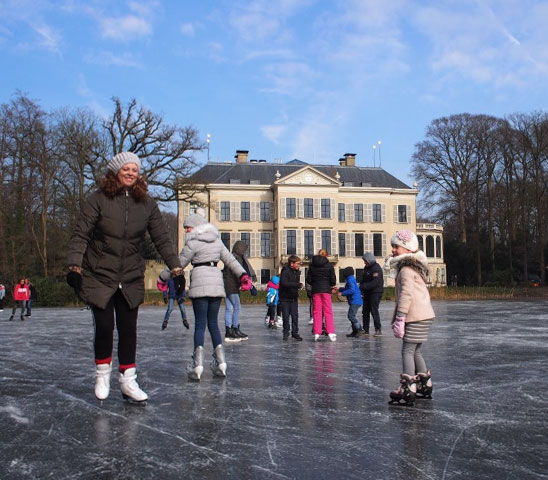 Photo from Nieuwsblad De Kaap shows people skating on the pond behind Hotel Parc Broekhuizen.