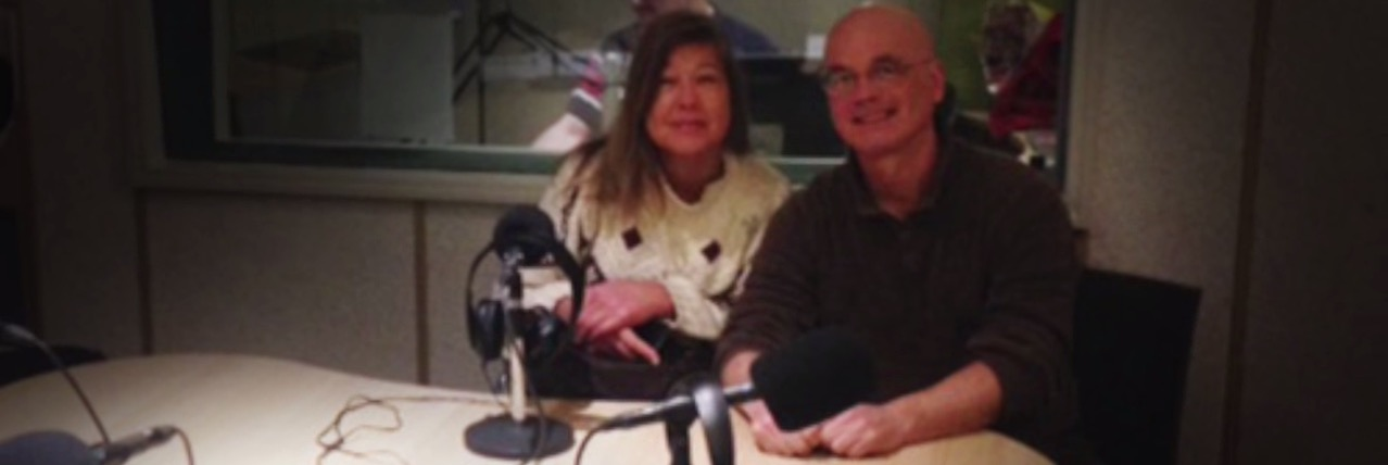 Photo of Laura Meddens in the studio with Raymond Aronds on Radio Signaal Amsterdam.