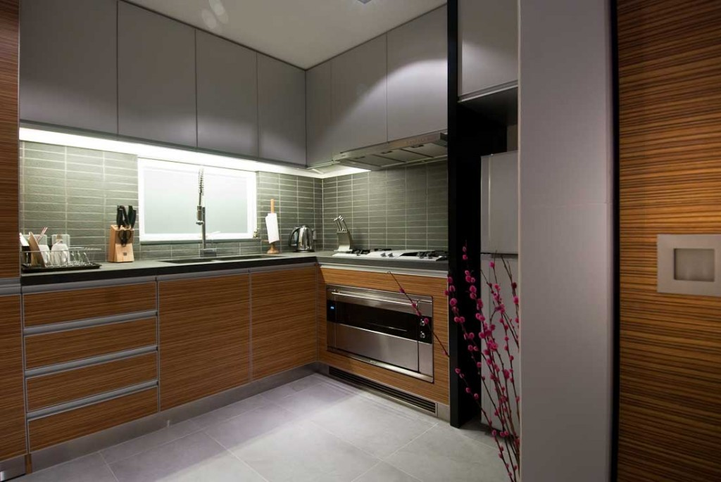modern-wood-kitchen-with-flower-decoration