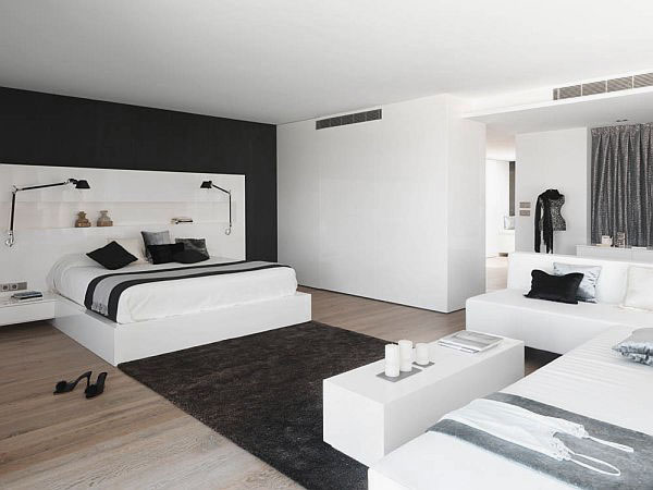 Gorgeous-Master-Bedroom-Beach-House-Design-with-Black-and-White-Color