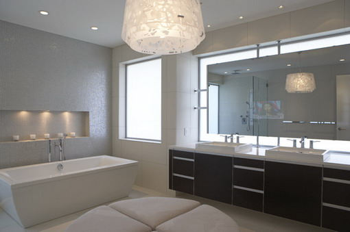 Large-Wall-Mirror-in-Modern-bathroom