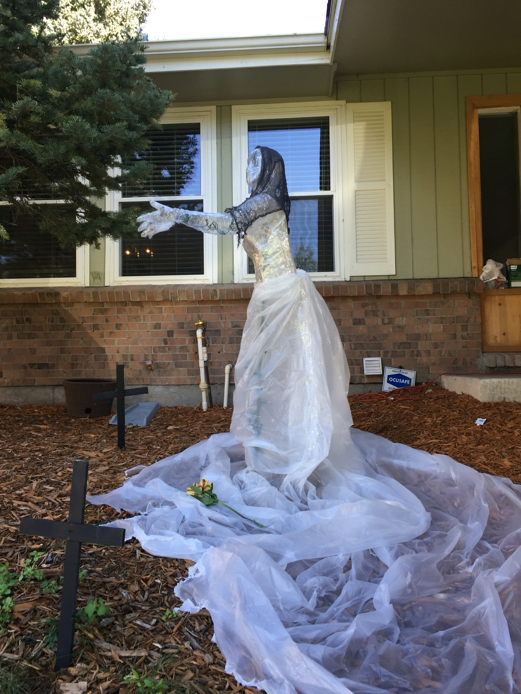 packing-tape-Halloween-ghost-decorations