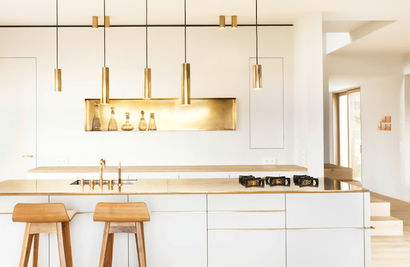 Metallic Accents In Minimalist Kitchen Thewowdecor