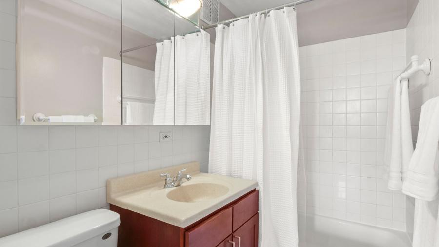 Lakeview - 655 Irving Park Road Unit 701, Chicago, IL 60613 - Bathroom
