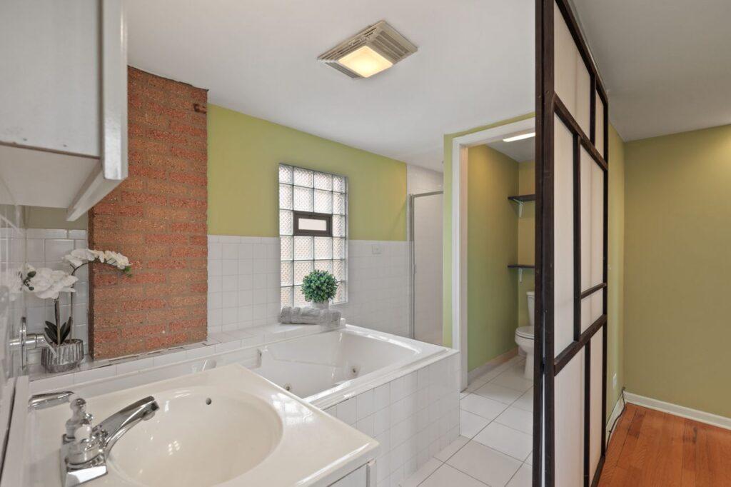 West Ridge - 2832 West Jerome Street, Chicago, IL 60645 - Master Bathroom