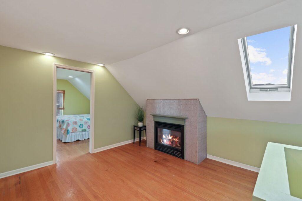 West Ridge - 2832 West Jerome Street, Chicago, IL 60645 - Sitting Room