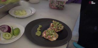 Tostadas de ceviche de camarón con patitas de cerdo encurtidas