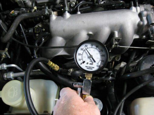 Vérification de la pression du carburant du moteur