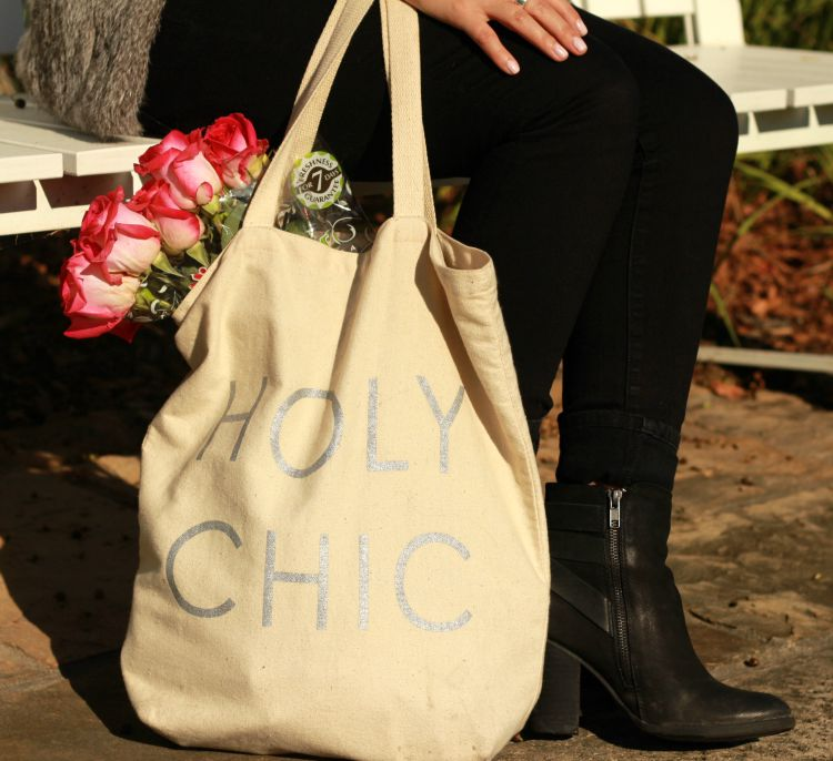 Canvas tote with fresh roses