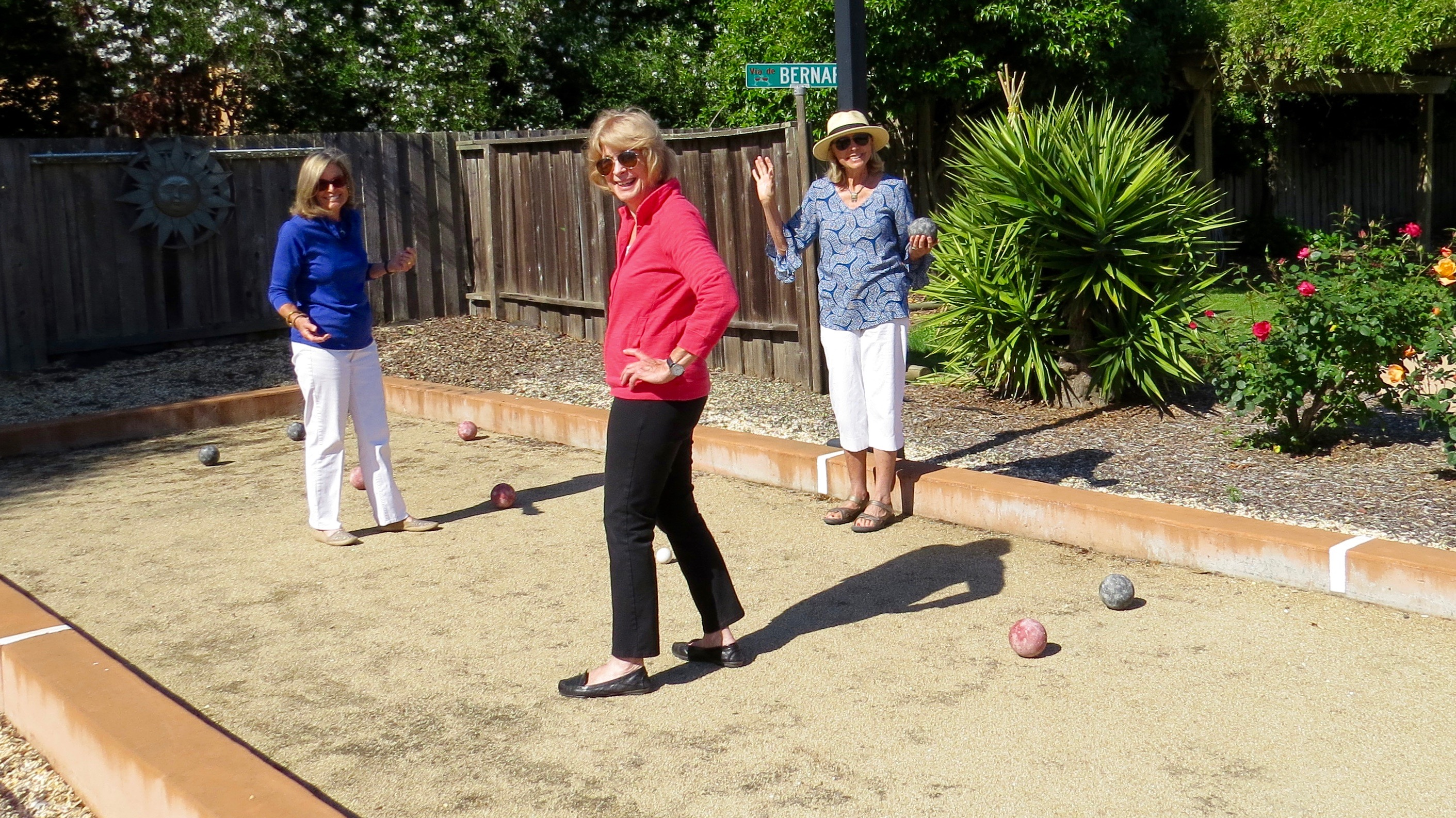 Following Rita's tutorial, Susan and I tried our non-Italian hands at Bocce Ball.  I fulfilled my PE requirement at Florida State by  taking Bowling (not particularly proud of that) so I held my own.