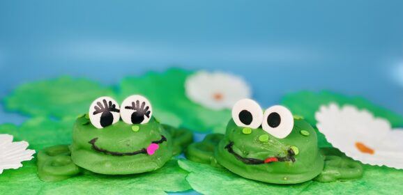 Chocolate Dipped Oreo Frogs