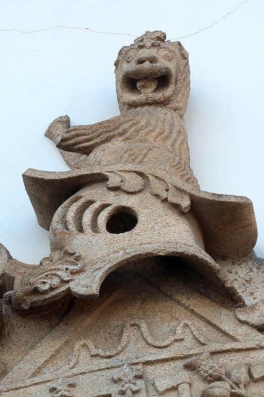 Manic monkey on a coat of arms, Ucanha