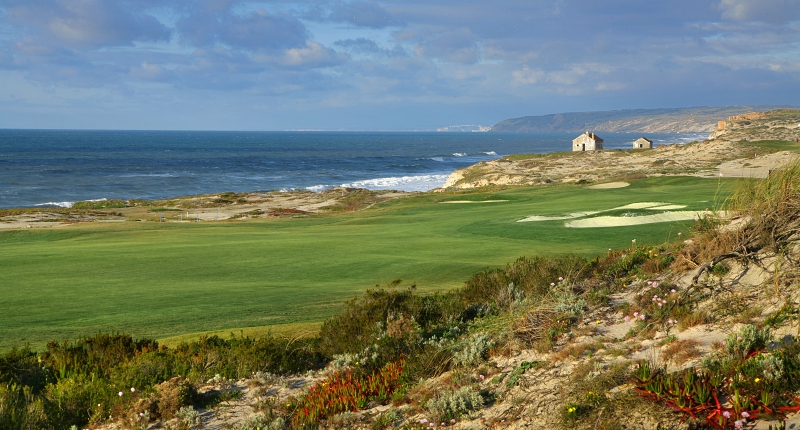 Praia D'EL Rey golf course with ocean behind