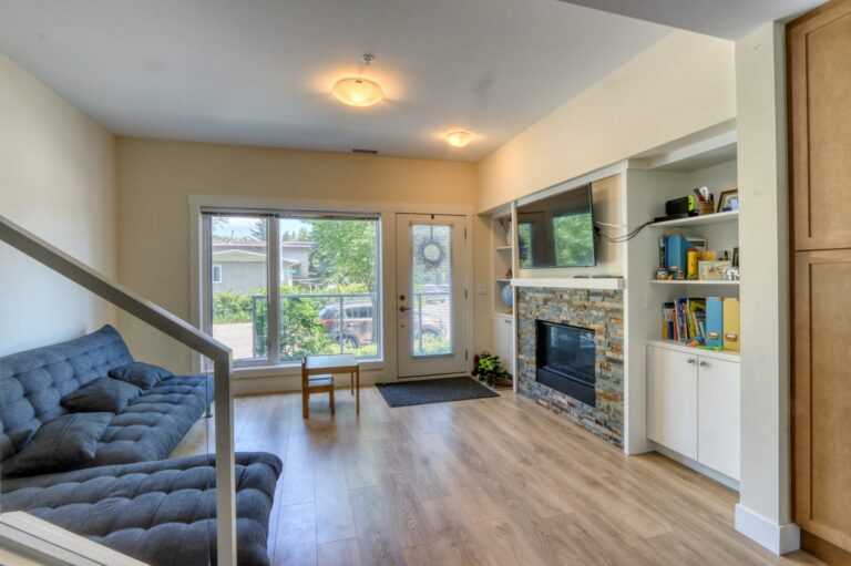 206, 20 Brentwood Common - Living Room 2