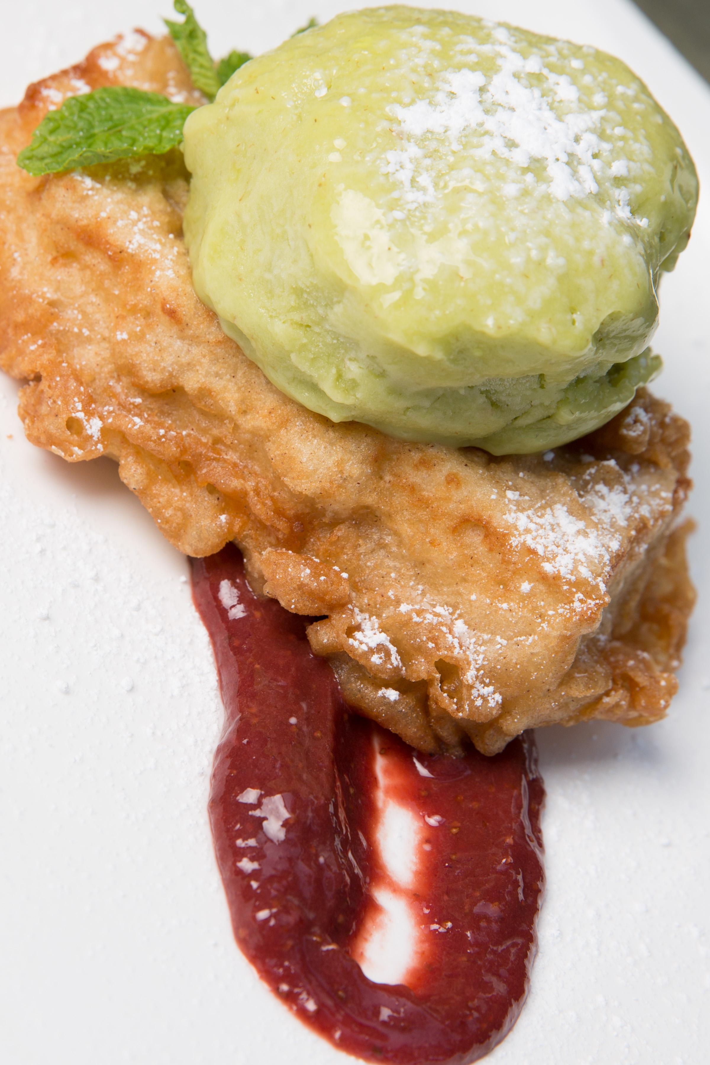 Helado de aguacate sobre brioche en tempura y compota de fresas 2